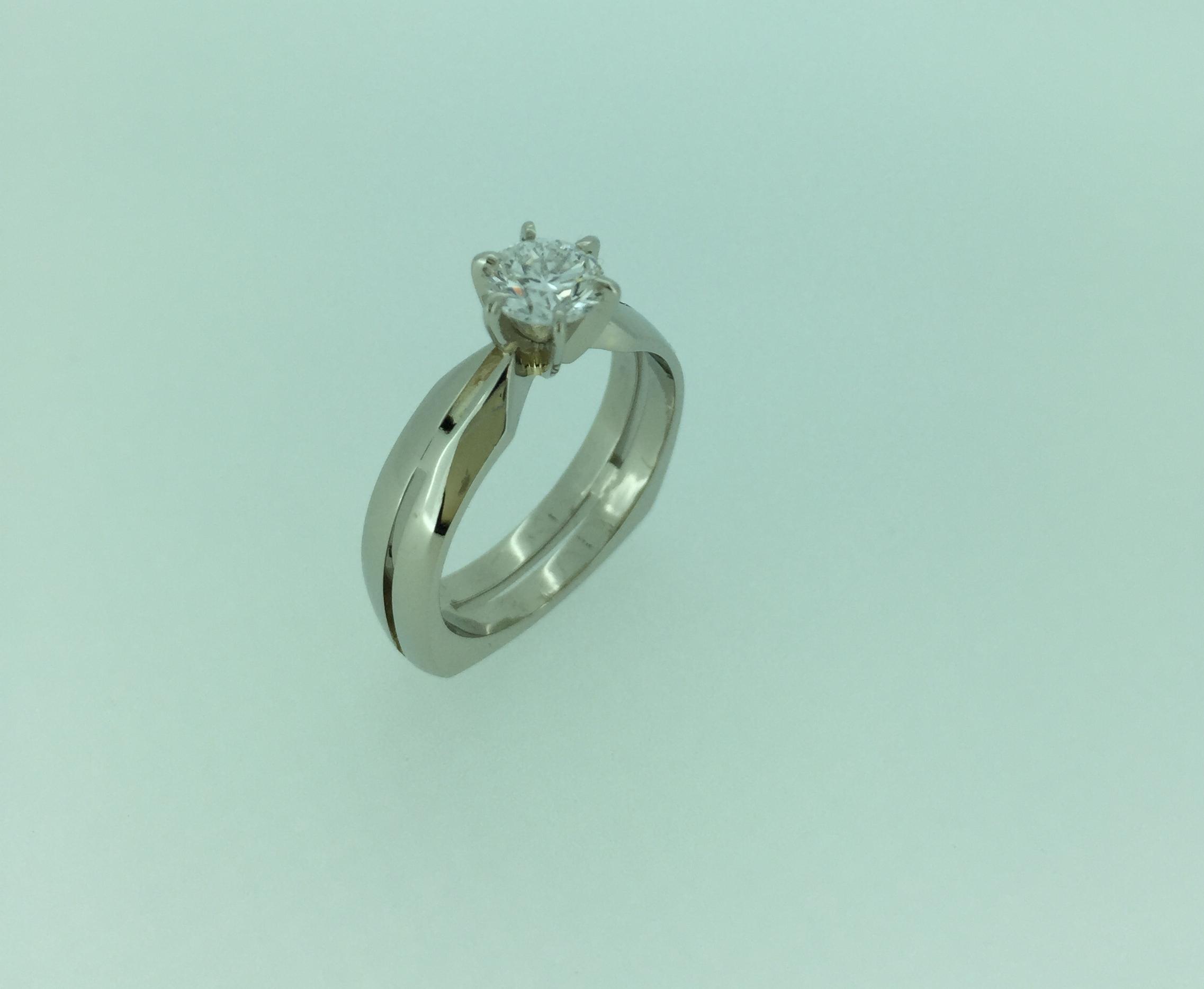Balto aukso su deimantu